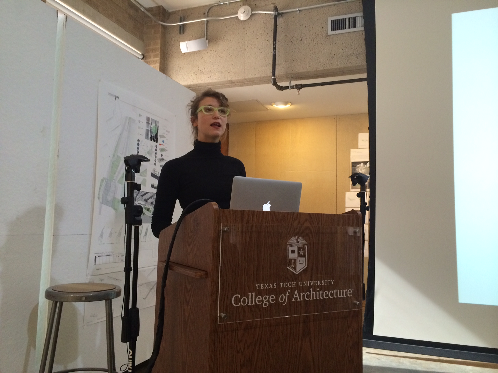 photo of Ingeborg Kühler lecturing about Tubes of the American West, Lubbock, Texas, 15 Nov 2013.